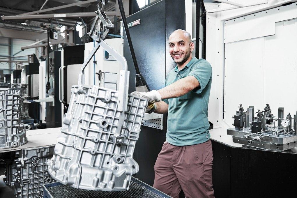 Angestellter von SiTec bei der Arbeit an einer Maschine
