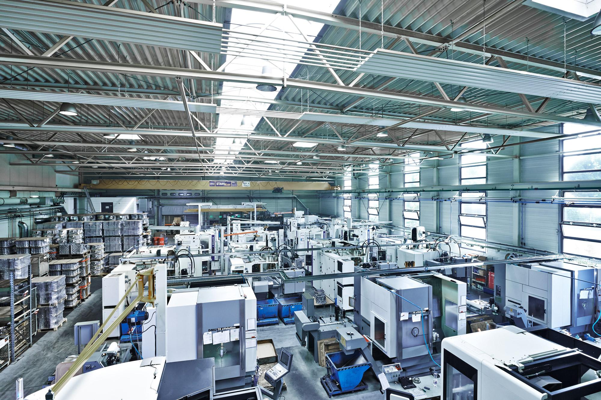 Überblick der Lagerhalle von SiTec, Blick auf den Maschinenpark